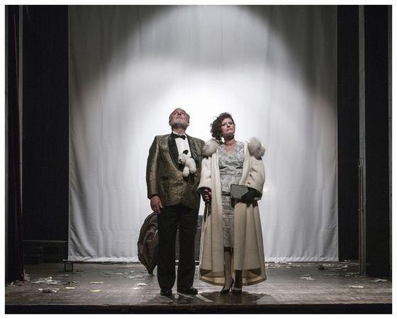 Miloslav Mejzlík a Natália Drabiščáková jako Gajev a Raněvská (foto: Patrik Borecký, DNZ)