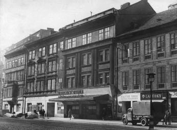 1_Snímek Švandova divadla z 50 let minulého století kdy se jmenovalo Realistické divadlo Zdeňka Nejedlého_foto archiv Švandova divadla
