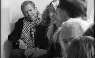Václav Havel během představení Divadla Na tahu