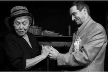 Stará dáma vaří jed - fotografie