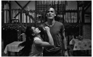 Ačkoliv se zápletka Krysaře týká nevyplaceného honoráře, to podstatné se v příběhu točí kolem tragické lásky (Marta Zaoralová a David Smečka). FOTO: KLICPEROVO DIVADLO